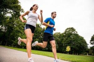 Jogging together – sport young couple © Martinan – Fotolia.com